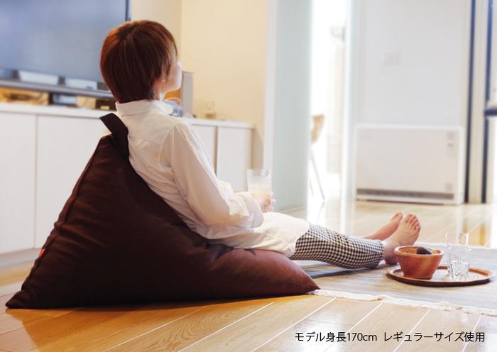 座ると自然に背もたれが立ち上がり、自分が心地よいと感じる体勢に合わせて変形してくれる、機能性も抜群のクッション。ゆったりと身を任せることができて、とっても快適。