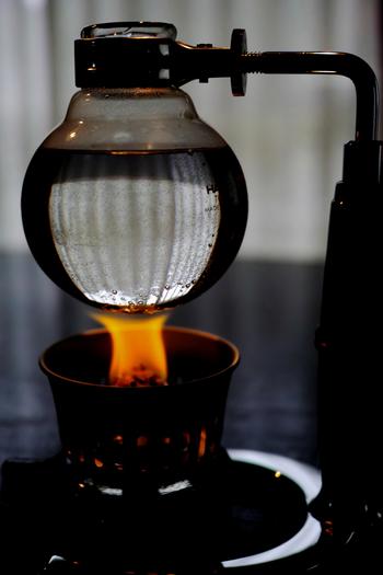 サイフォンで淹れるコーヒーは、コーヒーが出来上がるまでのプロセスにも魅力があります。簡単なハンドドリップよりレベルアップしますが、蒸気の力を使って淹れるコーヒーは理科の実験のようなワクワク感を味わえます♪
