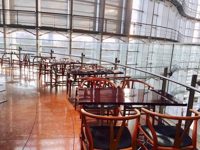 店名の「ロンド」とは、フランス語で「円形」の意味。その名の通り、座席もすべて曲線に沿って配置されています。下をのぞけば、まるで異空間にいるような雰囲気を味わえます。