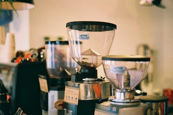 さらに、とことんこだわりたい人へのおすすめはエスプレッソ。エスプレッソを淹れるには、エスプレッソマシンとコーヒーの粉を挽く専用のグラインダーなどが必要になります。粉を押し固める作業などスキルによって味わいが変わるので、技術磨きのモチベーションも上がりそう♪