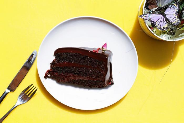世界中で愛されているザッハトルテは、長い争いが起きるほど魅力的なお菓子。遠く離れた日本でも、デメルの店舗はもちろん、ケーキショップやカフェ、手づくりで食べることができますので、ウィーンのカフェのようにぜひ生クリームを添えて魅惑の味を楽しんでみてくださいね♪
