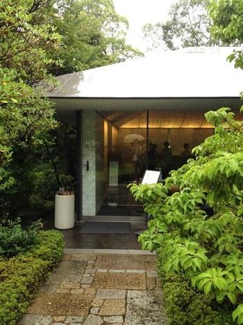 見どころの一つが日本庭園。自然の傾斜を生かし、池や茶室などがあるんですよ。石仏、石塔、石灯籠などが点在する庭園は散策にもぴったり。「NEZUCAFÉ」は、そんな日本庭園の中にあります。