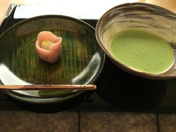 日本庭園を眺めながらいただく抹茶と和菓子。風流な気分を味わえそうですよね。季節を表現した和菓子の繊細さに見入ってしまいます。