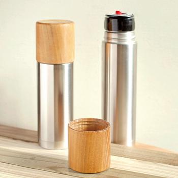 「工業×工芸」をテーマに、ステンレスと木から出来た保温保冷効果の高い水筒は、直径5.6センチというスリムサイズ。ブリーフケースにも収まるスリムボトルは、男性へのプレゼントにしてもステキですね!