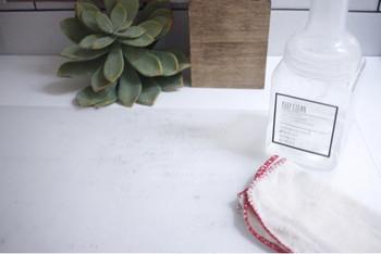 お洗濯に使用する場合は粉をそのまま使えますが、キッチンの油汚れや手垢などが付きやすい場所をお掃除する時に便利なのが、『セスキ炭酸水』。常温で長期間保存が可能なので、スプレーボトルに作って、いつでも使える様にしておくのがお勧めです。