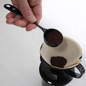 コーヒーを淹れる時には粉を測るスプーンがあると便利。粉の量はお湯の量や好みによっても変わってきますので、経験しながらコツをつかんでいきましょう。こちらのスプーンは、すり切りで約8グラム、山盛りで約10グラムの使い分けができます。