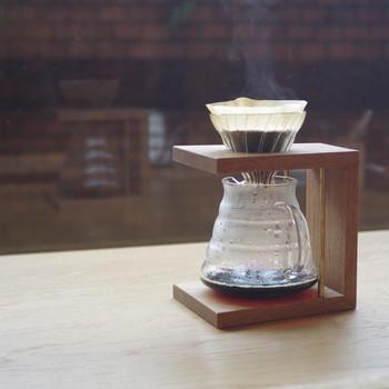 こちらはドリッパースタンドです。おしゃれなコーヒータイムにさらに磨きがかかりそう!お客様が来た時のおもてなし演出にも良いですね♪