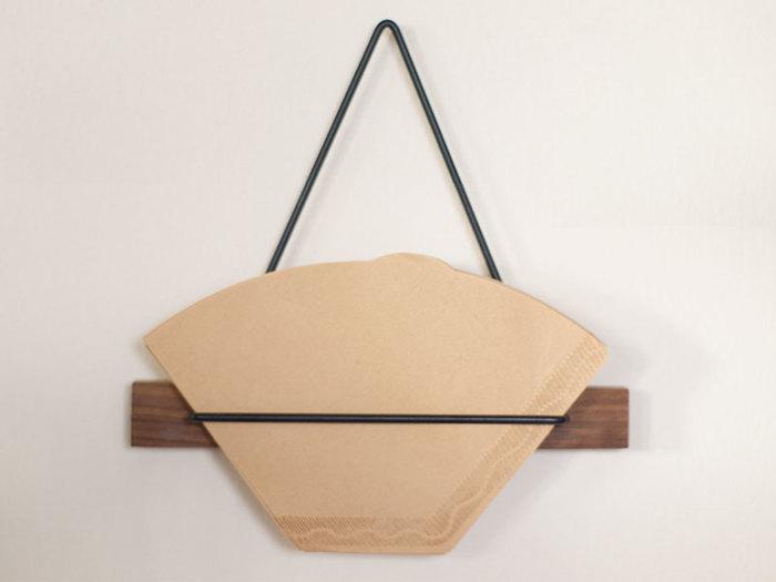 ペーパーフィルターはまとめて袋に入れて売られていることが多いので、ささっと取り出せるアイテムがあると便利♪こちらのフォルダーは吊るしながらストックできます。木の質感があって、ナチュラル×スタイリッシュですね。