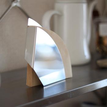こんな風にスタンドとして置けるフォルダーも。キッチン周りのスペースやテイストに合わせて選んでみましょう。
