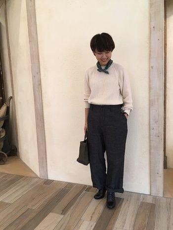 ざっくりとした編み感のコットンニット。軽さが出るので暑苦しくなく素敵です。グレーのコットンリネンのパンツにワンポイントになるグリーンのスカーフ。小物を上手に使ったメンズライクなハンサムコーデが素敵です。