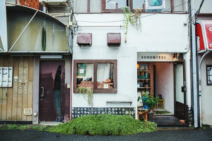 東京メトロ「千駄木」駅から5分ほど歩くと、そのみつのショップが見えてくる。このすぐ裏には工房も