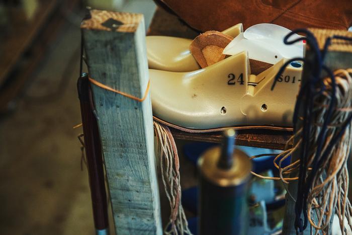 靴のベースとなる木型(ラストとも呼ばれる)。幅や厚みがある場合はこれに革を足し、反対に細い足は削るなど、人に合わせて調整している