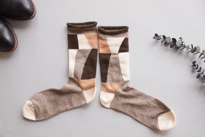 こちらのダイヤモンドに光が当たっている輝きをモチーフにした靴下は、見る角度によって印象が異なるユニークなデザインです。いつもの靴下でコーデに遊び心を取り入れるのも楽しいですね♪