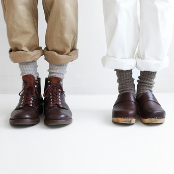 ざっくりと編み上げた定番「グレー」のリブソックス。オーガニックコットンで紡績したスラブ糸の靴下は、秋に定番の革靴にも馴染みます。