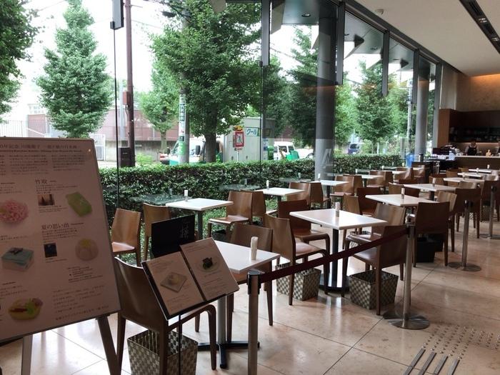 駒沢通りのいちょう並木をガラス越しに臨む光あふれるCafe椿の店内。洗練された雰囲気が大人のカフェタイムにぴったり。カフェで使われている家具は、イタリア・カッシーナ・イクスシー社のもの。落ち着いた店内で、くつろぎの時間を過ごしてみませんか?