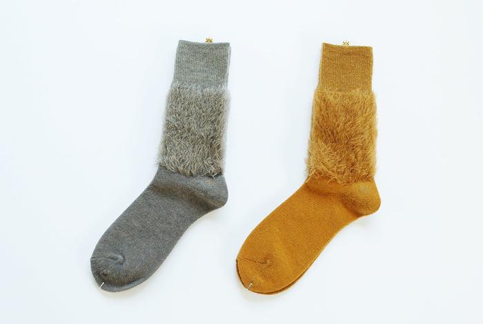 秋らしい「マスタード」の色合いとふさふさとした起毛の存在感のあるこちらの靴下は、「MARCOMONDE(マルコモンド)」の新作。まるで重ね履きのような雰囲気が、ほっこり可愛いですね♪