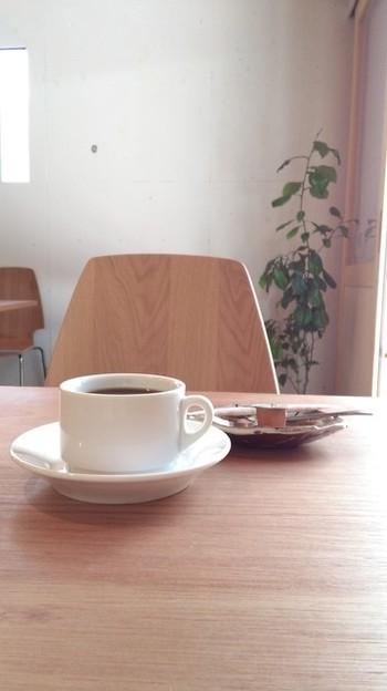 もともと倉庫だった建物を、白を基調とした爽やかな空間にリノベーションしました。一級建築士免許を持つオーナーだけあってセンスは抜群です。 スッキリとして飲みやすい味の水出しコーヒーは、ホットでもアイスでも楽しめます。