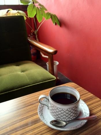 レトロモダンな色合いが、純喫茶の雰囲気にぴったりです。自家焙煎の豆をハンドドリップで丁寧に淹れたコーヒーを、じっくり味わえますね。