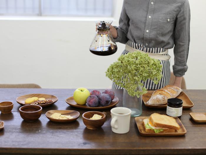 木製の器をプラスするのもおすすめ。それだけで変化を付けられますし、なんだかほっこり和みます。パーティーにかかせないパンやフルーツ、チーズなどとも相性バツグン◎。あらかじめ用途を決めておいて、ぴったりのサイズを選ぶといいですよ。