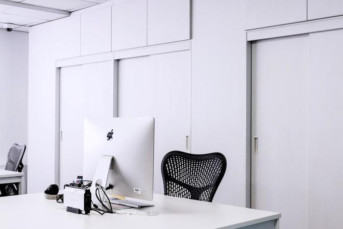 ルームシェアだけでなく、シェアオフィスもよく見かけるようになりました。 省スペースのオフィスを探しているときなどに便利です。異業種の人と交流できるのも嬉しいポイント。