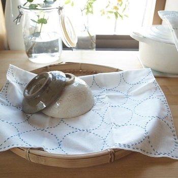 さらりと何かをカバーしたり、洗いたての食器の下に敷いたり、もちろん普段のふきんとして使えます。