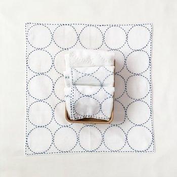 パッと広げた姿が何とも華やか。ランチョンマットや小さなテーブルクロス代わりに使っても◎。