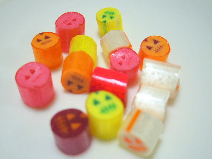 季節限定のキャンディも大人気!ハロウィンが近づくと、ジャック・オー・ランタンのデザインキャンディが店頭に並びます。オレンジ、ピンク、紫など見ているだけでワクワクしてしまいますね♪