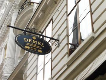 ザッハーと争った『DEMEL』の本店にも、ショップとともにカフェがあり、デメルのザッハトルテが味わえます。