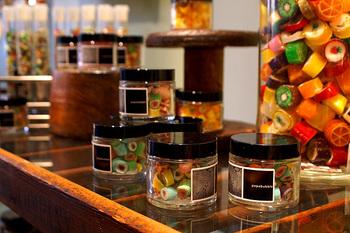 店内はキャンディの甘い香りが漂っていて、色とりどりのキャンディで溢れています。