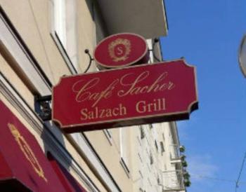 オリジナルのザッハトルテをいただける『Cafe Sacher(カフェザッハー)』はホテルザッハーの1階に併設されているカフェです。宿泊者でなくても利用可能で、世界中から訪れるお客さんでいつも賑わっています。