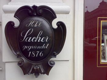 この時、ザッハーはまだ16歳。その後レストランの料理長や、蒸気船のシェフとして働き、1848年にウィーンでデリカテッセンのお店をオープンさせました。ここでザッハトルテを売り出すと、またたく間に評判が広がります。