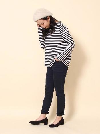 ボーダートップスに黒色のパンツというとってもシンプルなコーデにも、白色のファーベレー帽を合わせるだけで一気にイマドキな印象に仕上がりますね♪