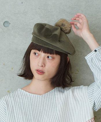 ベロア素材のベレー帽には、ラビットファーの大きめボンボンが可愛いアクセントに。ちょっぴり立ち上げた状態で被るのが、おしゃれな雰囲気をアピールできるポイントです。