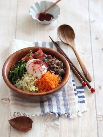 お肉と一緒にお野菜もたっぷり食べられるビビンバもお家でどうぞ♪温泉卵とコチジャンをよく混ぜて食べるととっても美味しいですよね。