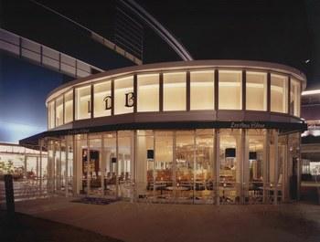 オシャレな店名にオシャレな外観でフラッと入りづらいかな?と一瞬思ってしまいそうですが、なんとここは「ららぽーと豊洲」の1Fにあるドッグカフェ。