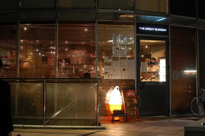 原宿駅からあるくこと約5分。初めて行く人にはちょっぴり難しい場所にある「グレートバーガー」。ハンバーガー屋さんなのにベジタリアンメニューもあるとっても気の利くお店。