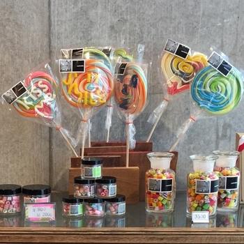 子供の頃に憧れだった「ロリポップキャンディ」やガラス瓶に入ったものなど、種類豊富に揃っています。