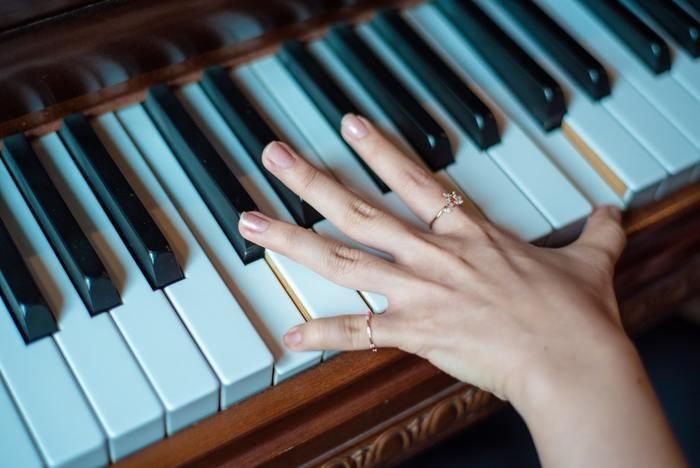 手の小さかったスクリャービン。負けず嫌いな性格も相まって、難しい曲に挑戦したあげく右手首を痛めてしまいます。そこで左手だけで演奏する作品として作ったのがこの「左手のための2つの小品」です。