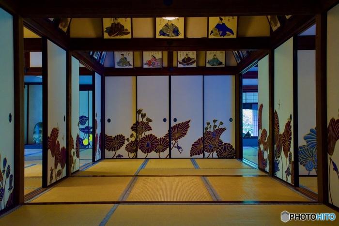 今回は紅葉が楽しめるスポットのご紹介ですが、青蓮院門跡を訪れたら見て頂きたいのが華頂殿の襖絵。とても色鮮やかで、他ではあまり見られないモダンな襖絵として評判です。
