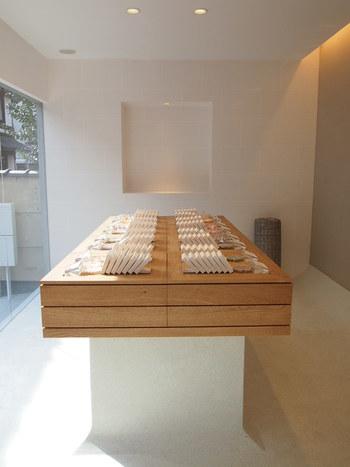 京飴のつややかな美しさを際立たせる、白と木を基調としたシンプルな店内は洗練された落ち着いた雰囲気です。