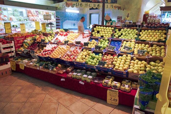 世界中でたくさんの品種のりんごが作られていて、皮の色や食味もさまざまあります。特にポピュラーな品種をご紹介します。