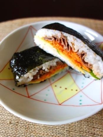 韓国ののり巻き「キンパ」もおにぎらずであれば巻きすがなくても気軽に作れちゃいます。片手で食べられてお肉もお野菜も楽しめるので忙しい時のランチにもいいですね。