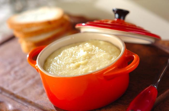 カリッと焼いたバケットに、たっぷりつけて食べたいクリーミーな「りんごバター」。たっぷり作ってかわいい瓶に入れて、お世話になっている方にプレゼントしても良いですね。