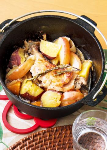 デザートのイメージが強いりんごですが、ヨーロッパではお肉と合わせた調理方法もポピュラー。こちらは、鶏肉とりんごを一緒に煮込んだ一品。