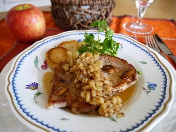 コクのある豚肉もりんごと相性抜群。5mm角にカットしたりんごを玉ねぎと合わせてソテー。クミンの香りがどこかエスニックな一品です。