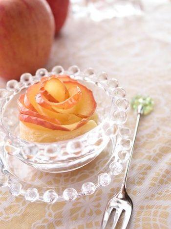 パーティーのテーブルにも映える「バラのアップルパイ」。冷凍パイシートと電子レンジ調理で、見た目より簡単に作れるのもポイントです。