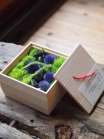 4寸の木箱に心を込めて詰められた季節の花々。こんな素敵な贈り物をいただいたら、絶対に忘れられないのではないでしょうか。