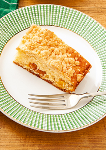 おうちカフェにぴったりな「キャラメルアップルクランブルケーキ」。ドライアプリコットの酸味としっとりしたりんご、キャラメルの甘さがどこかアメリカンな一品。上にのせたクランブルの食感も楽しいですね。