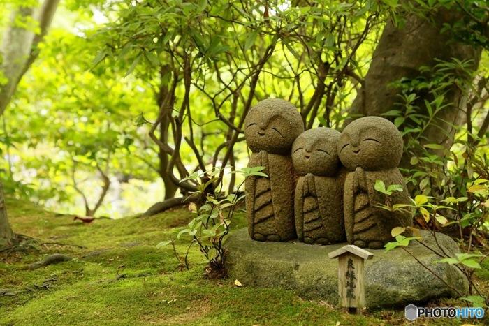 長谷寺には、ニッコリと笑った和み系のお地蔵さんが三体並んだ、良縁地蔵や、和み地蔵などが境内に隠れています。
