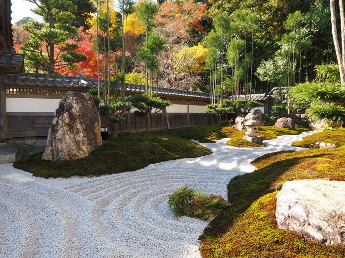溜息ものの美しい枯山水庭園の先には、写経ができる写経道場があります。
